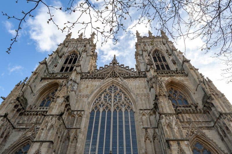 Yttre byggnad av den York domkyrkan, den historiska domkyrkan byggde på engelska gotisk stil som lokaliserades i stad av York, En arkivbilder