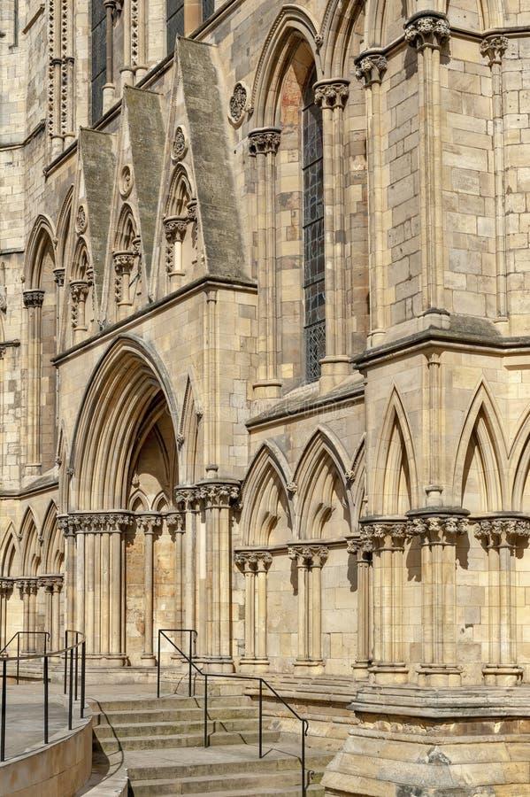 Yttre byggnad av den York domkyrkan, den historiska domkyrkan byggde på engelska gotisk stil som lokaliserades i stad av York, En royaltyfria foton