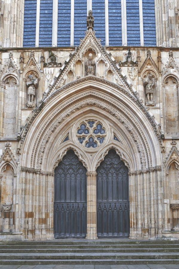 Yttre byggnad av den York domkyrkan, den historiska domkyrkan byggde på engelska gotisk stil som lokaliserades i stad av York, En royaltyfri bild