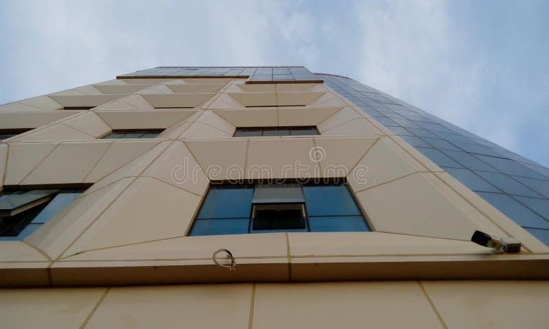 Yttre cladding av en bostads- byggnad för hög löneförhöjning och avslutade sig med en GRP-cladding arkivbild