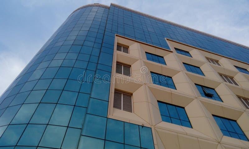 Yttre cladding av en bostads- byggnad för hög löneförhöjning och avslutade sig med en GRP-cladding royaltyfri fotografi