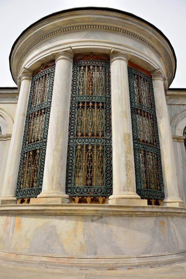 Yttre design av gravvalvet av sultan II Mahmud i Istanbul royaltyfria foton