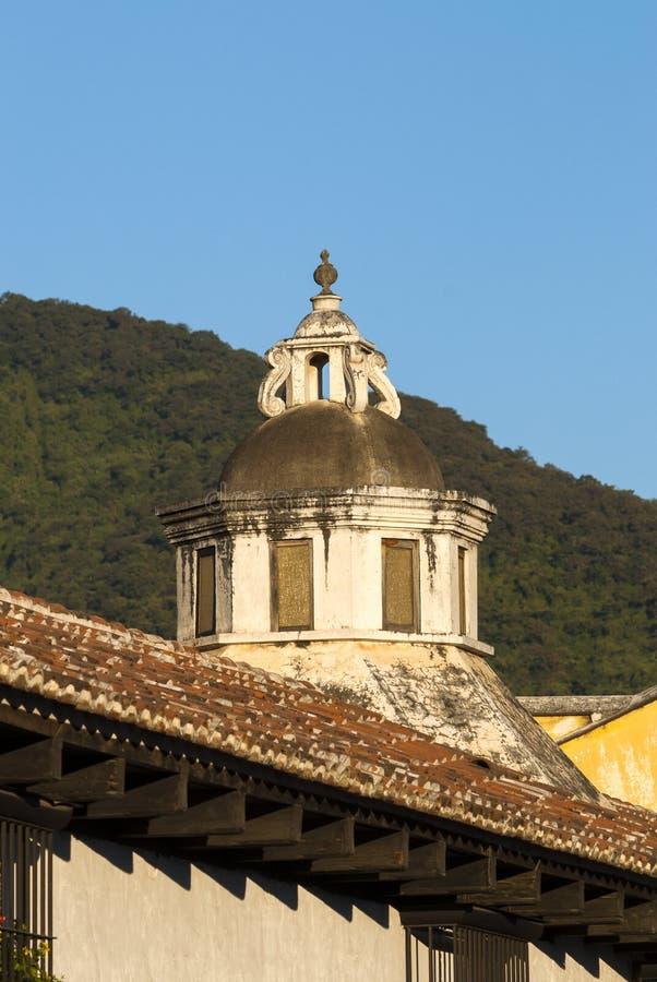 Yttre detalj av huset i kolonial stil för för för LaAntigua Guatemala, vägg och cupula i Guatemala, Central America royaltyfri bild