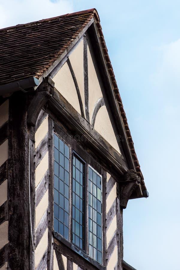 Yttre detalj för Tudor hus som byggs i detalj 1590 av closeupen för fönster- och takBlakesley korridor arkivfoton