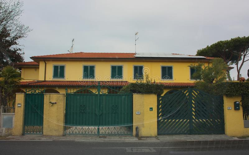 Yttre fasad av ett hus som byggs i Italien okänt italienskt hem Dörrar och fönster arkivbild