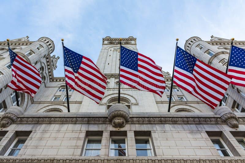 Yttre ingång Lookin för Donald Trump Hotel Washington DC-fasad arkivfoton