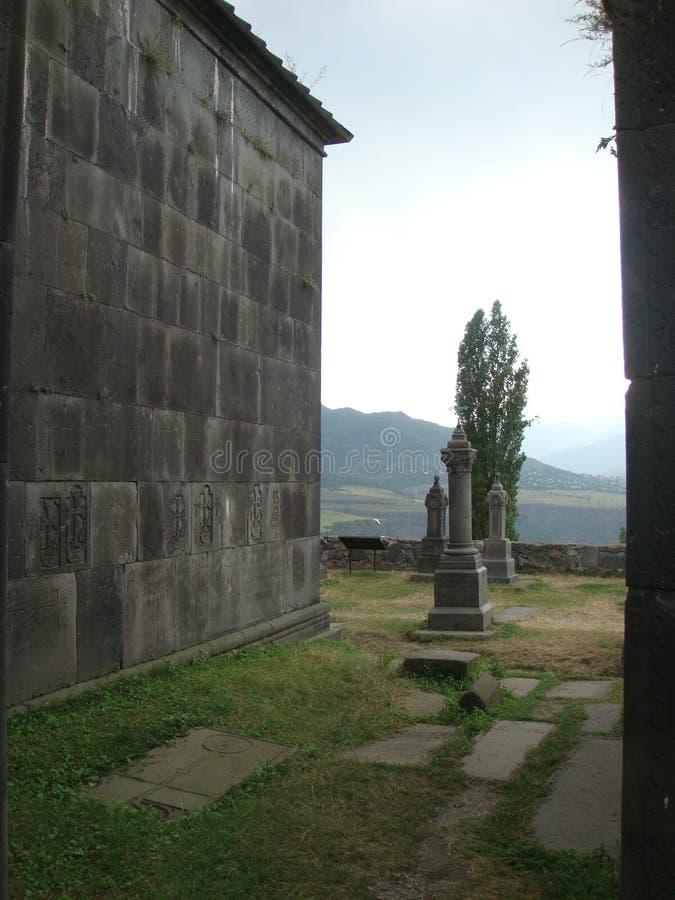 Yttre landskap av kloster av Haghpat i Armenien med dess kyrkogård och bergen trots allt royaltyfria bilder