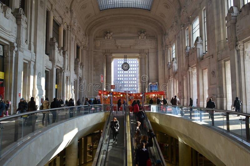 Yttre rulltrappa och dekorerat med den stora korridoren för röda kiosk av den Milan Central järnvägsstationen royaltyfri foto