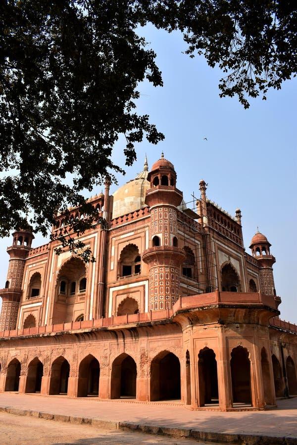 Yttre sidosikt av Safdarjangs gravvalv i den Delhi staden fotografering för bildbyråer
