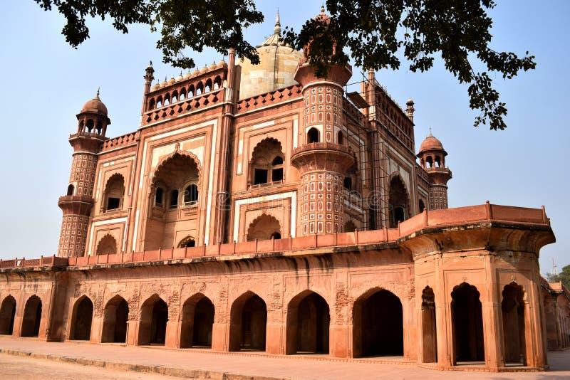 Yttre sidosikt av Safdarjangs gravvalv i den Delhi staden arkivfoton