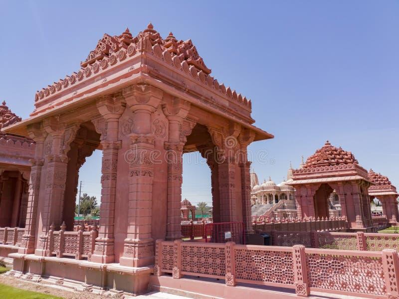 Yttre sikt av de ber?mda BAPSNA Shri Swaminarayan Mandir arkivbilder