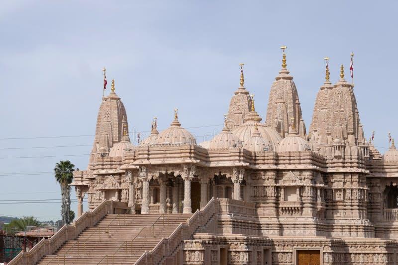 Yttre sikt av de ber?mda BAPSNA Shri Swaminarayan Mandir arkivfoton