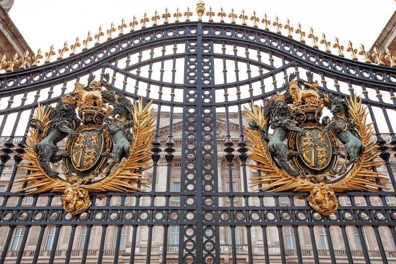 Yttre sikt av de huvudsakliga portarna framme av Buckingham Palace royaltyfria bilder