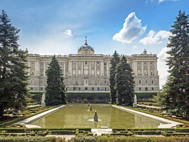 Yttre sikt av den kungliga slotten av Madrid, Spanien fotografering för bildbyråer