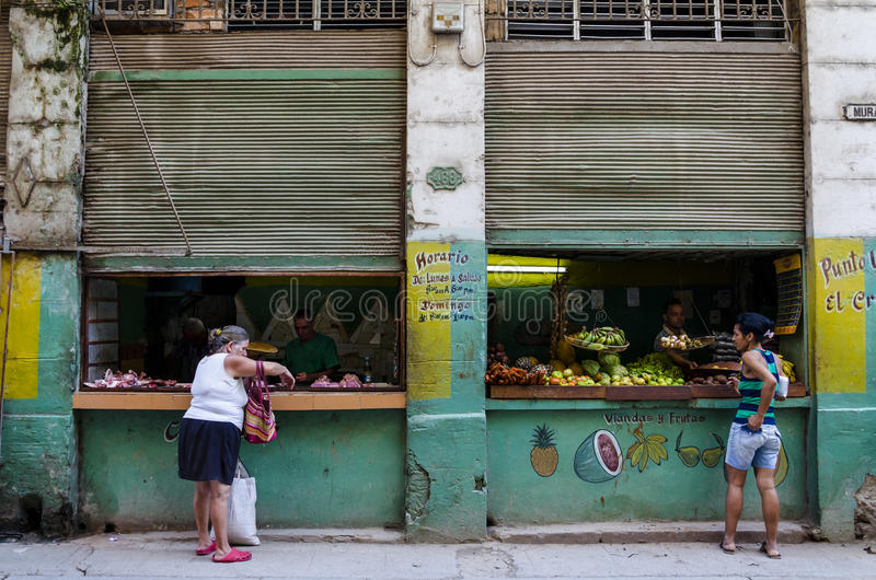 Yttre sikt av den typiska kubanska grönsaken och fruktaffären i Kuba arkivbilder