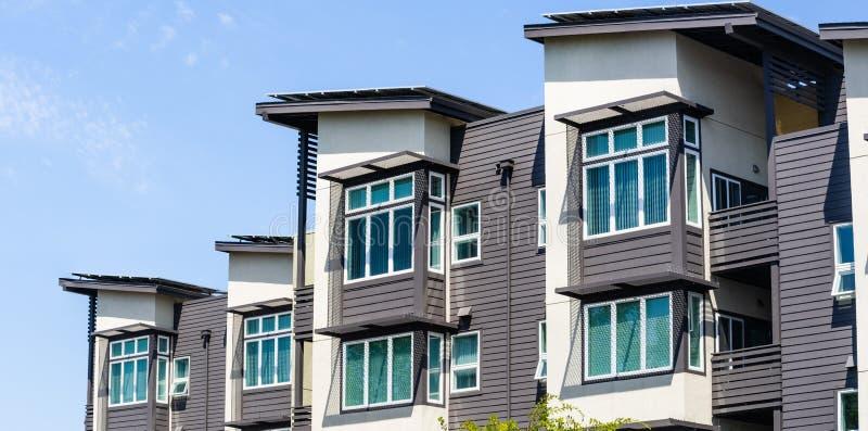 Yttre sikt av multifamily bostads- byggnad; Menlo Park San Francisco Bay område, Kalifornien royaltyfria foton