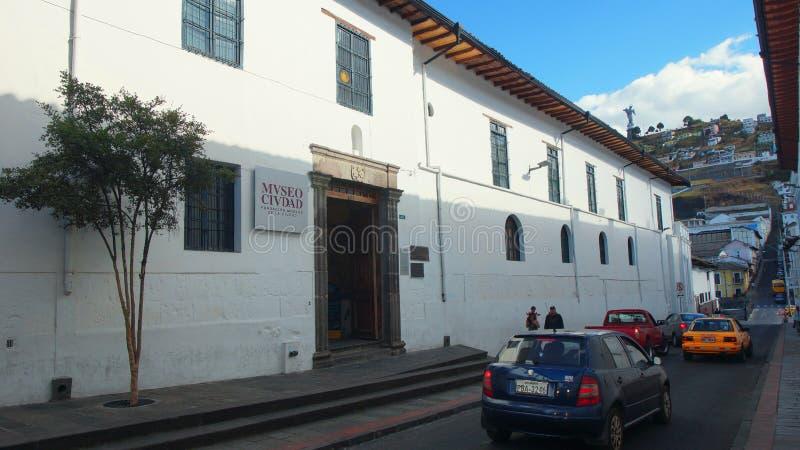 Yttre sikt av Museo de la Ciudad i den historiska mitten av Quito Den historiska cenen royaltyfri fotografi