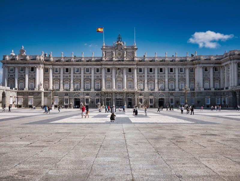 Yttre sikt av Palacio den verkliga verkliga slotten i Madrid Spanien arkivfoton