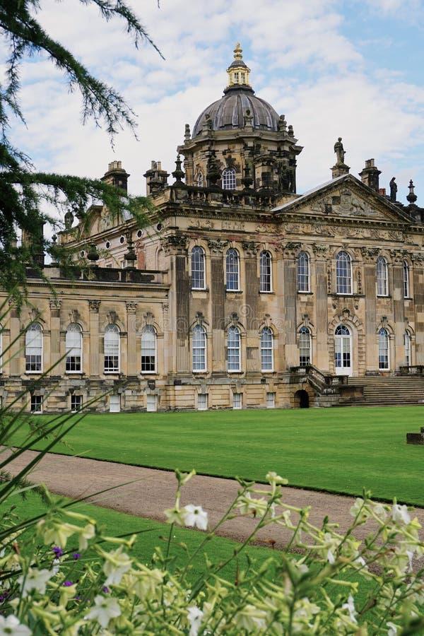 Yttre sikt av slotten Howard i Yorkshire England fotografering för bildbyråer