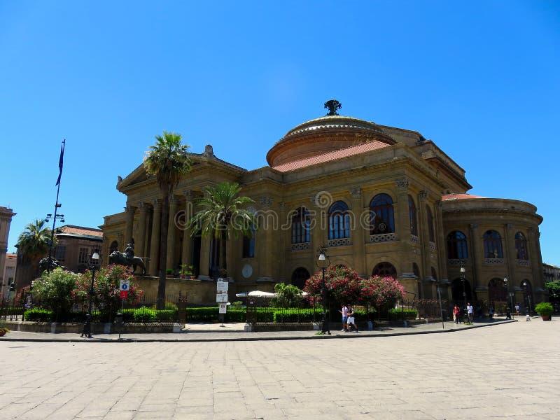 Yttre sikt av Teatroen Massimo Vittorio Emanuele i Palermo, Italien royaltyfri fotografi