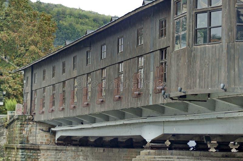 Yttre sikt från den återställda antikvitet täckte bron royaltyfri foto