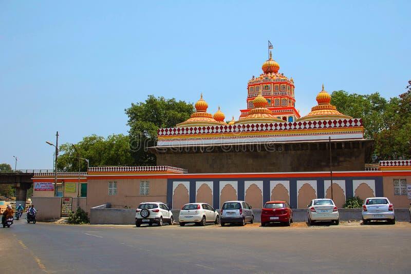 Yttre sikt med färgrika kupoler, Omkareshwar tempel royaltyfria bilder