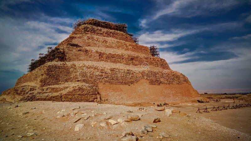 Yttre sikt som kliver pyramiden av Zoser, Saqqara, Egypten royaltyfria foton