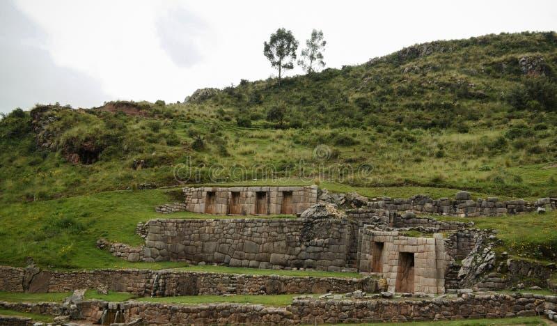 Yttre sikt till den arkeologiska platsen av Tambomachay, Cuzco, Peru royaltyfri bild