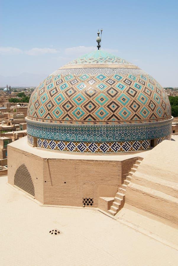 Yttre tegelplattagarnering av kupolen av den Jameh moskén i Yazd, Iran royaltyfria bilder