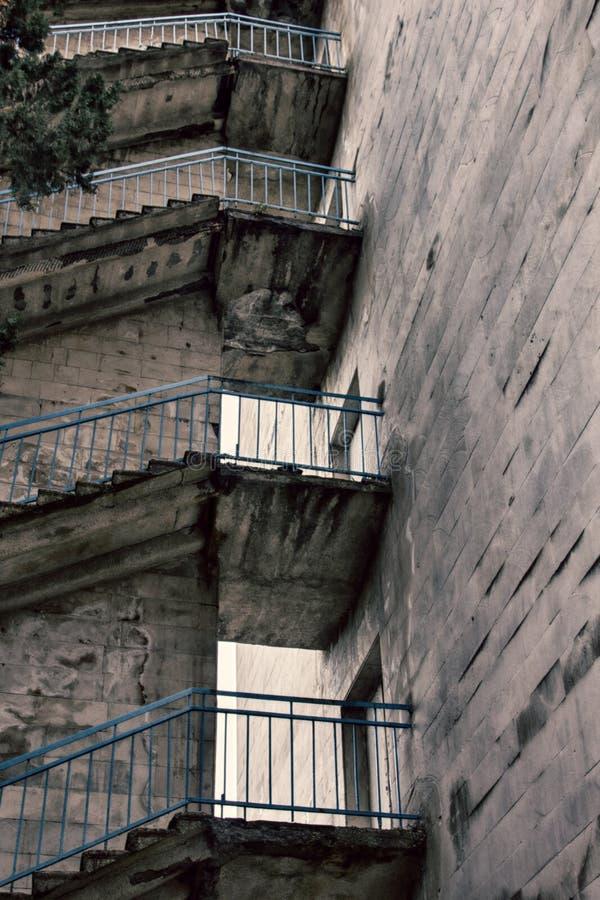 Yttre trappa, landningar och trappuppgångar av höghus royaltyfri fotografi