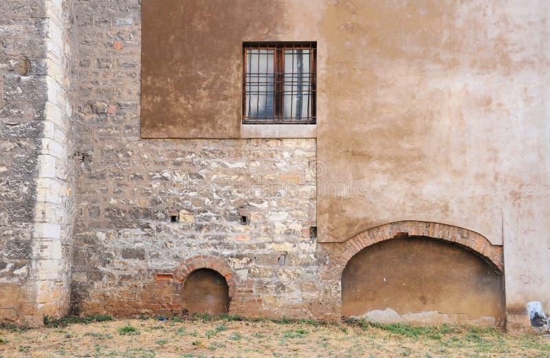 Yttre vägg av den gotiska kyrkan År 1300 royaltyfri foto