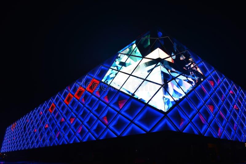 yttre vägg för illuminant av modern kommersiell byggnad arkivfoton