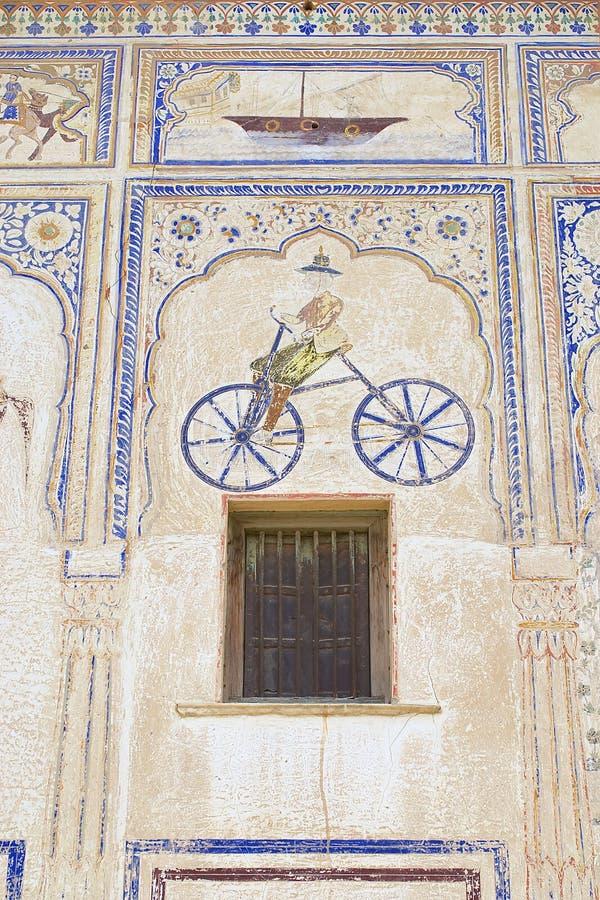 Yttre vägg som smärtar detaljen av havelien i Mandawa, Indien royaltyfri foto