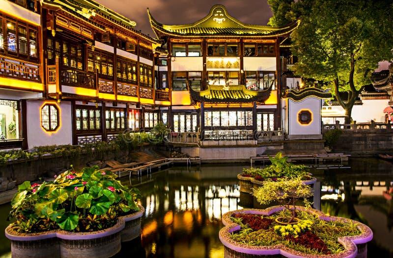 Yu trädgård och basar arkivfoto