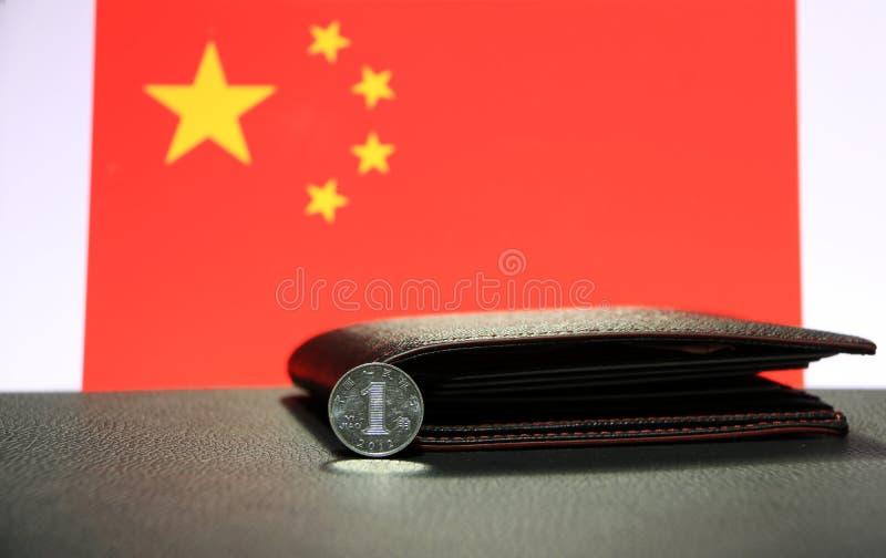 Yuan för kines en mynt på omvänd CNY på svart golv med den svarta plånboken och Kina sjunker bakgrund arkivfoton
