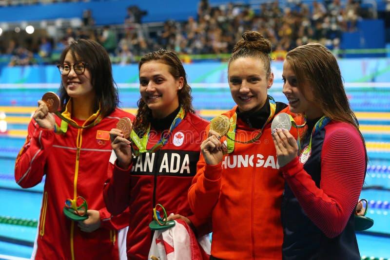 Yuanhui Fu CHN L, Kylie Masse PODE, o HUNO de Katinka Hosszu e a Kathleen Baker EUA durante a cerimônia da medalha fotografia de stock royalty free