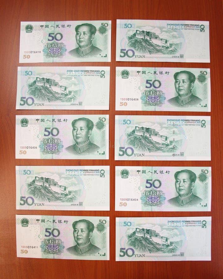 Yuans chineses (50) pela denominação cinqüênta estão em uma tabela um por um imagem de stock royalty free