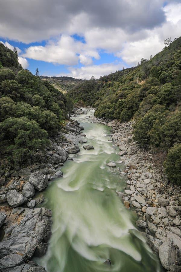 Yuba河在流动在山下的加利福尼亚 免版税图库摄影