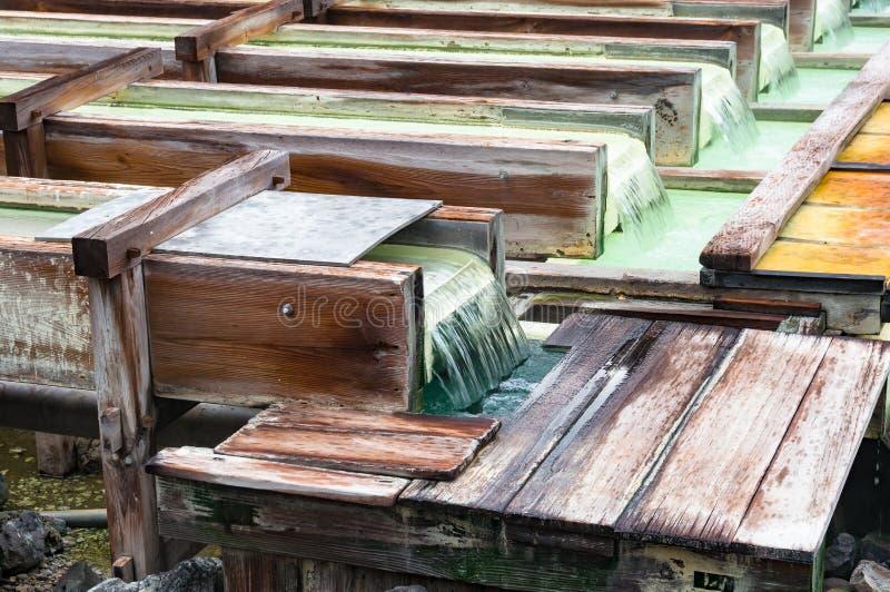 Yubatake onsen, gorącej wiosny drewniani pudełka z wodą mineralną obrazy stock