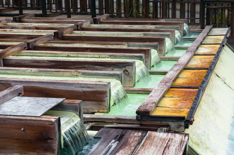 Yubatake onsen, gorącej wiosny drewniani pudełka z wodą mineralną zdjęcie royalty free