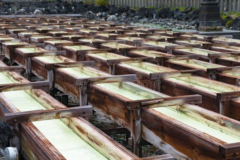 Yubatake onsen, gorącej wiosny drewniani pudełka z wodą mineralną zdjęcia royalty free