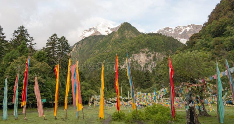 YUBENG CHINY, Aug, - 9 2014: Modlitwy flaga przy Yubeng wioską fama zdjęcia royalty free