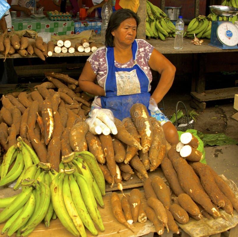 Yuca供营商在belen市场,伊基托斯,秘鲁上 免版税库存照片