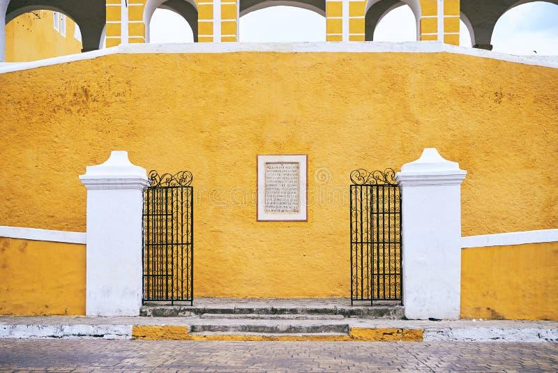 YUCATAN, MEXCIO - 31 MEI, 2015: Voorgevel van de kerk in de gele stad van Izamal, Yucatan, Mexico royalty-vrije stock foto