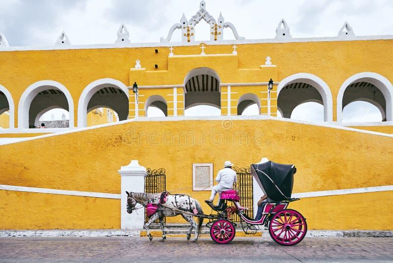 YUCATAN MEXICO - MAJ 31, 2015: Hästvagn i den gula staden av Izamal fotografering för bildbyråer