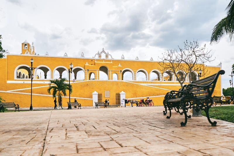 YUCATAN, MEXIQUE - 31 MAI 2015 : Façade de la vue d'église du parc photo libre de droits