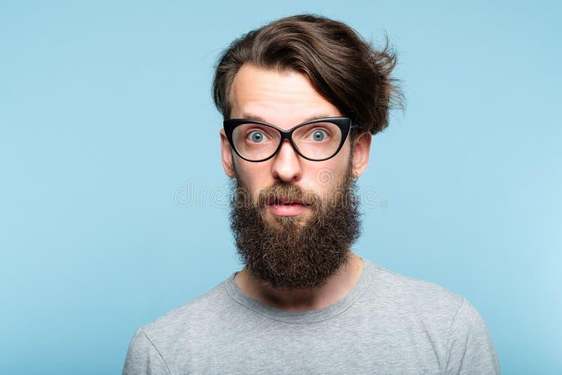 Yuck deed walgen de gebaarde originele mens van hipsterglazen stock foto