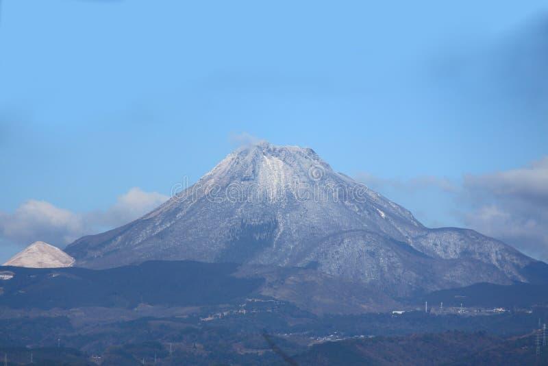 Yufuberg van Yufuin, de sneeuw van Oita, JAPAN royalty-vrije stock afbeeldingen