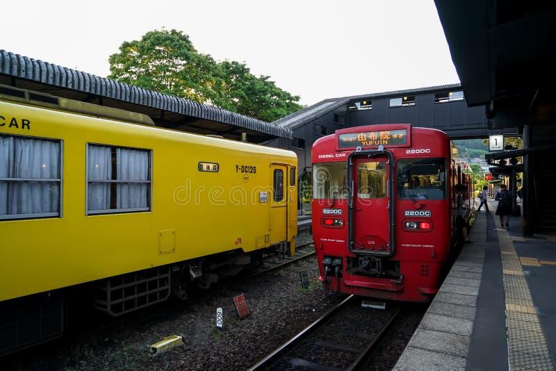 Yufuin,日本- 2017年5月13日:红色和黄色JR Kyushu Railway Company颜色葡萄酒火车柴油汽车在路轨停止了 免版税库存图片