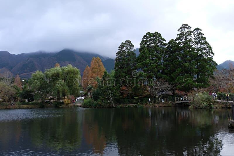 YUFUIN,福冈,日本- 2015年11月23日:美好的全景秋天在Yufuin 库存照片